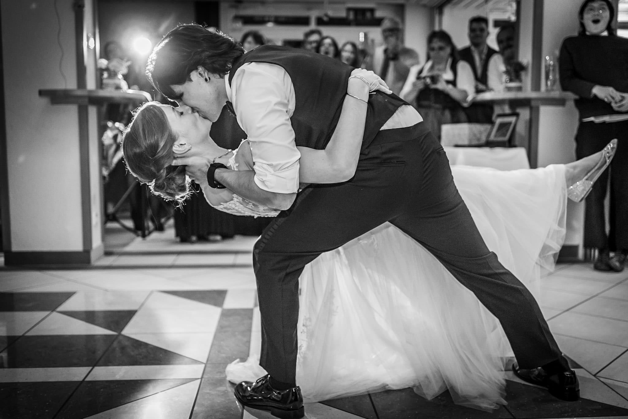 Brautpaar küsst sich beim Hochzeitstanz