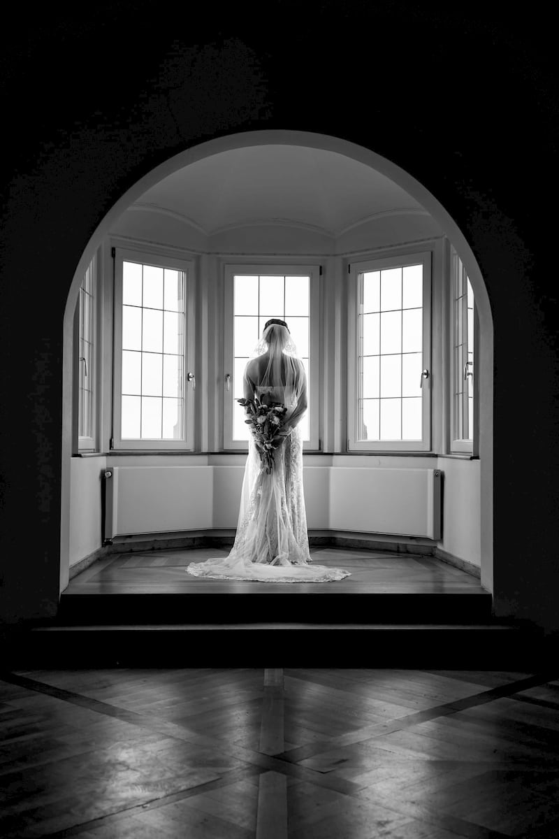 Braut wartet auf Ihren Bräutigam