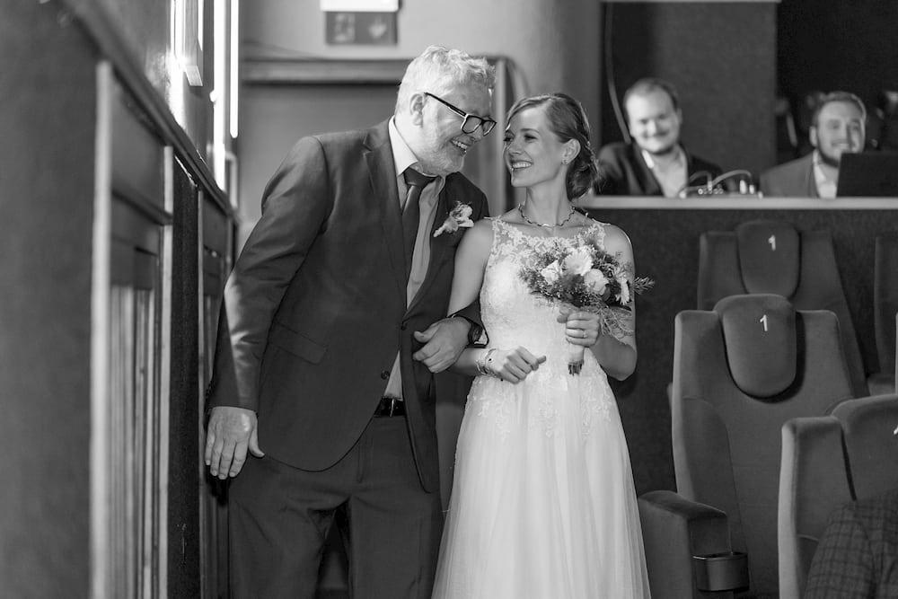 Brautvater führt Braut zum Altar